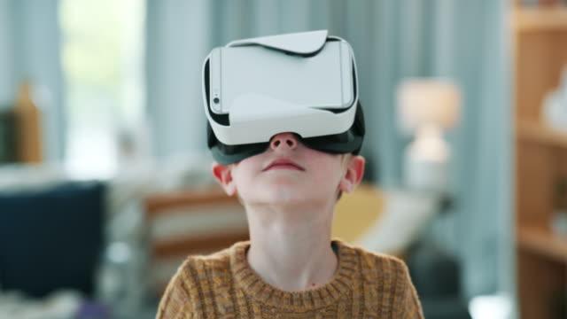hiçbir şey merakı teknolojiden daha iyi uyandıramaz. - sanal gerçeklik stok videoları ve detay görüntü çekimi