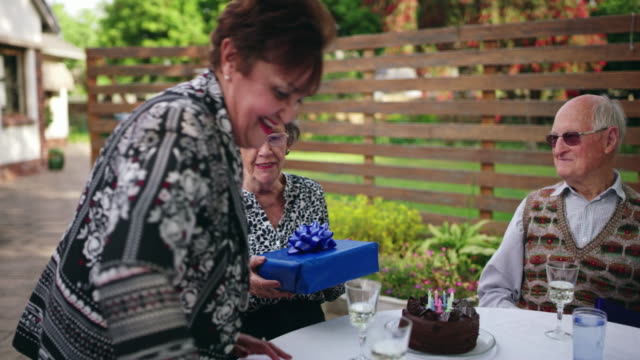 ingenting är sötare än vänskapens gåva - wine box bildbanksvideor och videomaterial från bakom kulisserna