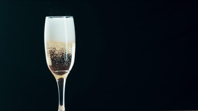 vidéos et rushes de rien ne dit glam comme un bon champagne - flûte à champagne