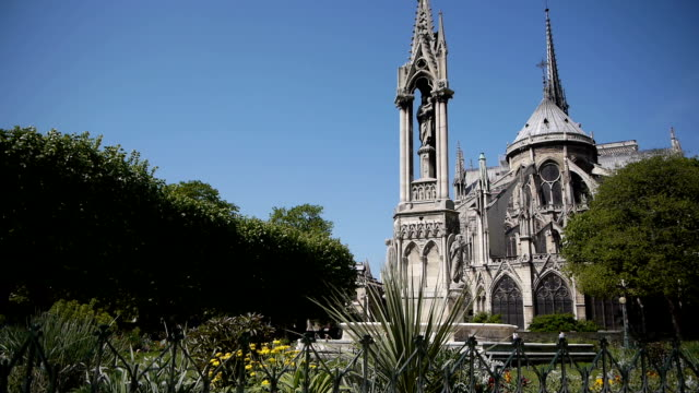 notre-dame e parco in primavera.   parigi, francia - gargoyle video stock e b–roll