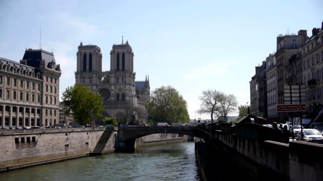 notre-dame sul fiume senna a parigi, francia - gargoyle video stock e b–roll
