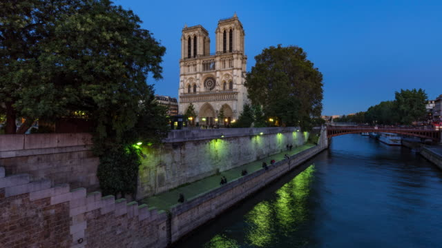 Notre Dame de Paris Cathedral and the Seine River at twilight. Paris, France - vídeo