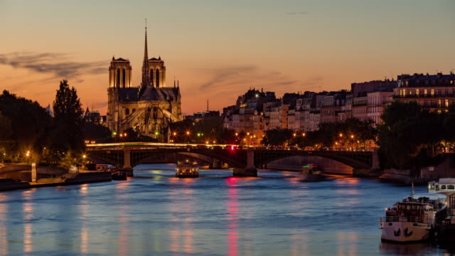 Notre Dame de Paris Cathedral, Ile Saint Louis and the Seine River at twilight. France - vídeo