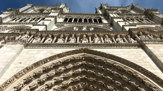notre dame de paris, le statue e cattedrale - gargoyle video stock e b–roll