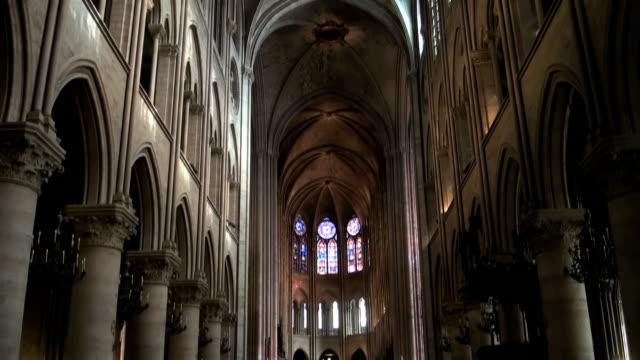 vídeos y material grabado en eventos de stock de notre-dame de paris - misa