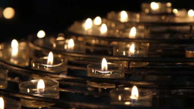 vídeos y material grabado en eventos de stock de vela votiva de notre dame - misa