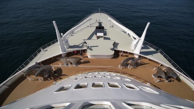 vídeos de stock e filmes b-roll de november 19, 2017. queen mary 2 flagship of cunard line on destination to new york city. north atlantic crossing. - transatlântico