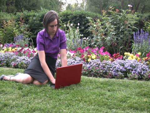vídeos de stock e filmes b-roll de ntsc jovem mulher com um computador portátil - só mulheres jovens