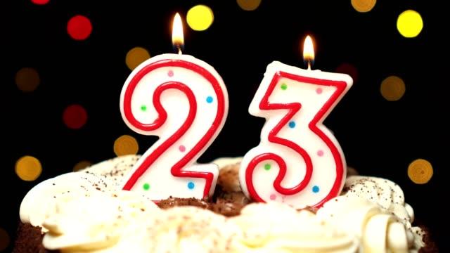 Numéro 23 sur le dessus de coup de gâteau - anniversaire de vingt-trois bougie burning - out à la fin. Couleur d'arrière-plan flou - Vidéo