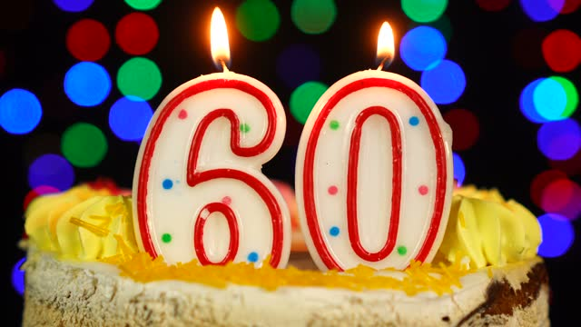 vídeos de stock, filmes e b-roll de número 60 bolo de feliz aniversário witg burning candles topper. - data especial