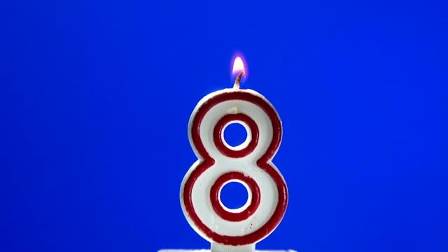 numero 8 otto compleanno candela burning - 8 9 anni video stock e b–roll