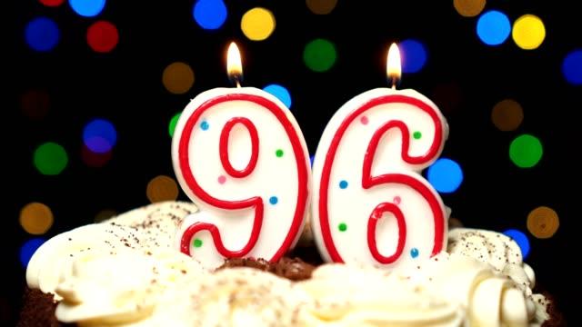 Numéro 96 sur gâteau - anniversaire de quatre-vingt-seize bougie brûle - souffler à la fin. Couleur d'arrière-plan flou - Vidéo
