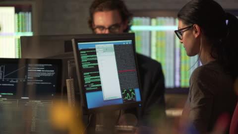 vídeos y material grabado en eventos de stock de par de investigación numérica - codificar