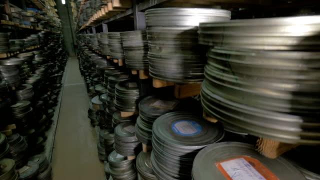numerosi rulli cinematografici sono conservati nell'archivio cinematografico. - cilindro video stock e b–roll