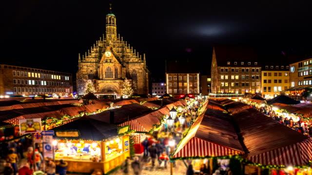 nürnberger weihnachtsmarkt (christkindlesmarkt). nacht-zeitraffer. kamera bewegt sich von links nach rechts - weihnachtsmarkt stock-videos und b-roll-filmmaterial