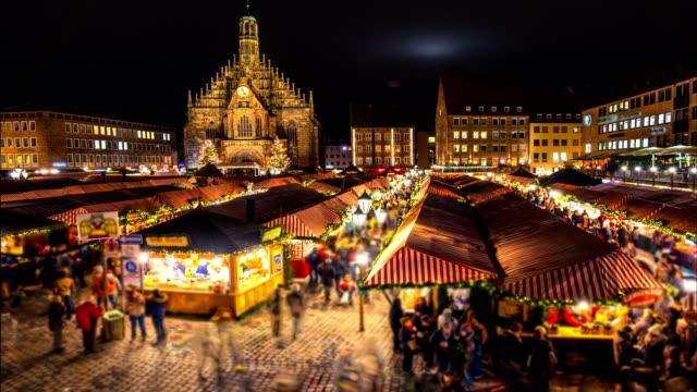 nürnberger weihnachtsmarkt (christkindlesmarkt). nacht-zeitraffer. zoom-effekt - weihnachtsmarkt stock-videos und b-roll-filmmaterial