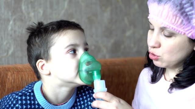 nurse and boy doing inhalation - flu shot стоковые видео и кадры b-roll