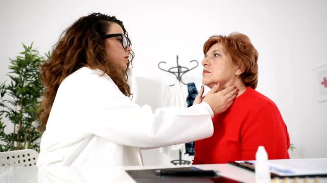 Enfermera control pulso a mujer mayor - vídeo