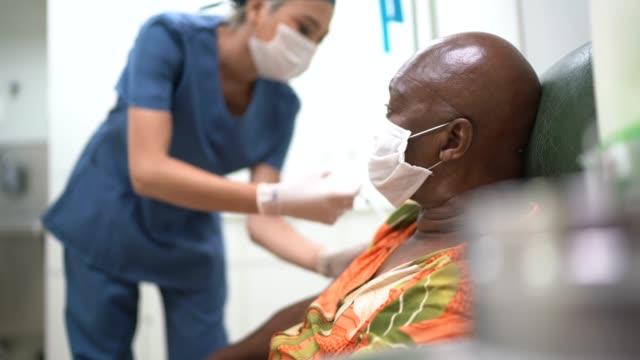 krankenschwester gibt einem patienten einen impfschuss - impfung stock-videos und b-roll-filmmaterial