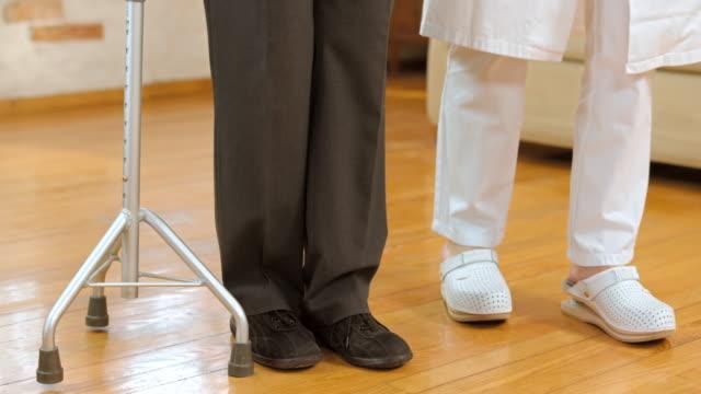 DS 看護師サポートをする老人男性三脚もスティック ビデオ
