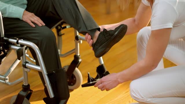 DS 看護師シニア女性していただくための車椅子 ビデオ