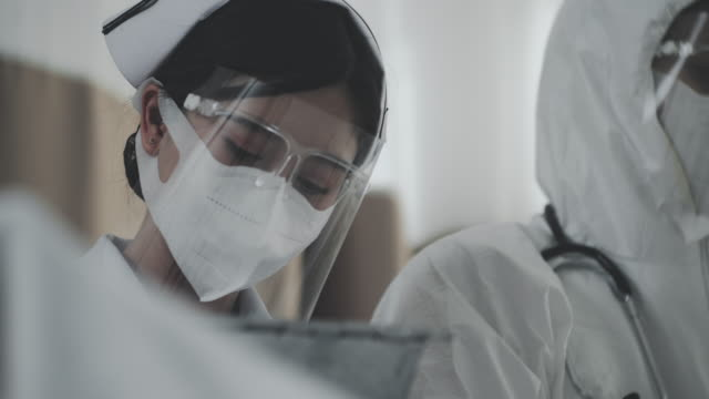 infermiera in face shield - occhiali protettivi video stock e b–roll
