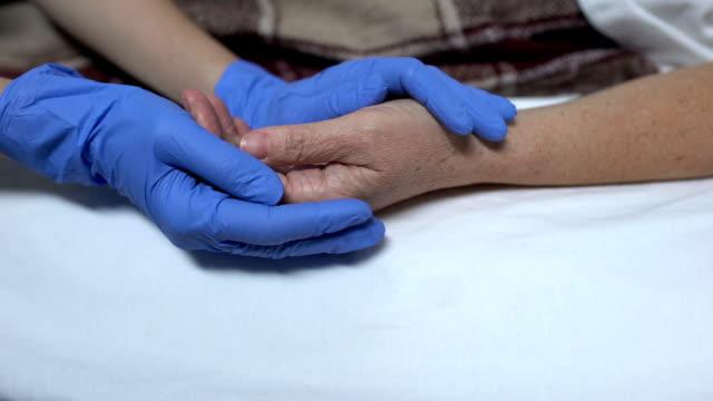 看護師は処置の前に患者を支え、落ち着かせる病院のスタッフを気遣う ビデオ