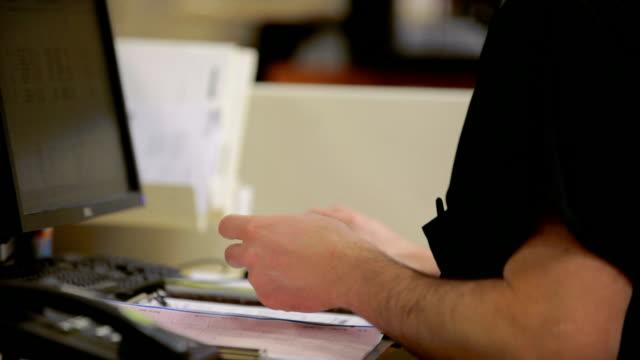 vídeos y material grabado en eventos de stock de enfermera escribiendo en la estación de trabajo con computadora. - male nurse