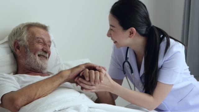 sjuk sköterska besök gammal man - omsorg bildbanksvideor och videomaterial från bakom kulisserna