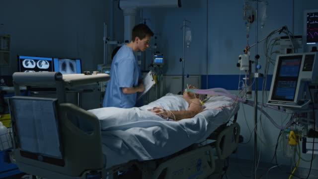 ds sjuksköterskor kontrollera patienten i intensivvården - intensivvårdsavdelning bildbanksvideor och videomaterial från bakom kulisserna