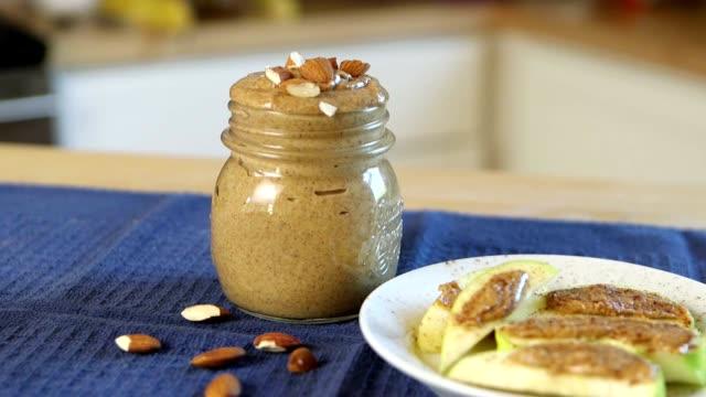 vidéos et rushes de tranches de pommes au beurre et noix - aliment en portion