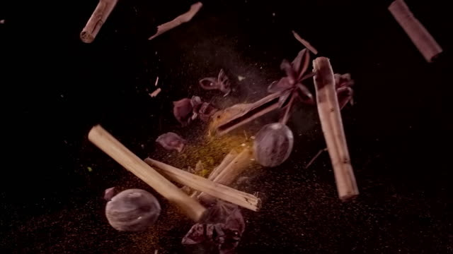 vídeos de stock e filmes b-roll de nutmeg, cinnamon, star anise and cocoa powder colliding in the air super slow motion video 1000 fps - cacau em pó