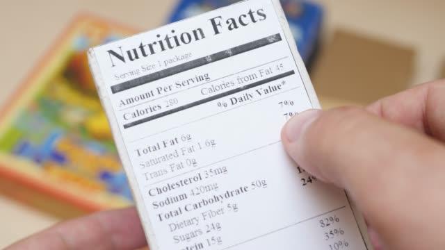 nährwertangaben label auf food box - etikett stock-videos und b-roll-filmmaterial