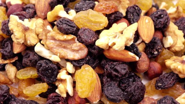 vídeos de stock e filmes b-roll de nuts and dried fruits in bulk - frutos secos