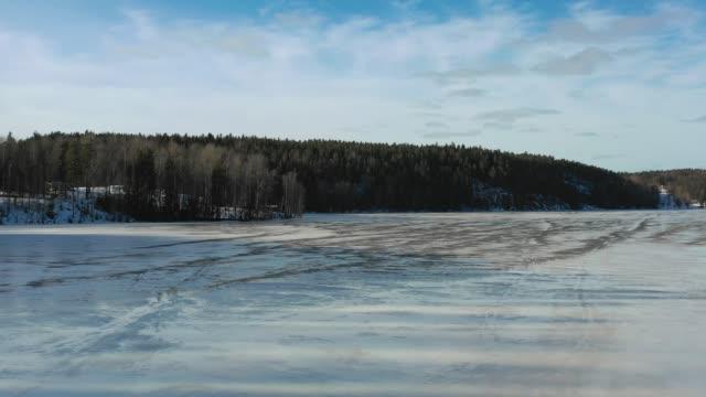 nuuksio park, finland. flygvy över den frusna sjön och skogen - drone helsinki bildbanksvideor och videomaterial från bakom kulisserna