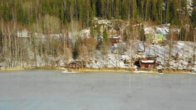 nuuksio park, finland. flygvy över den frusna sjön och trähus i skogen - drone helsinki bildbanksvideor och videomaterial från bakom kulisserna