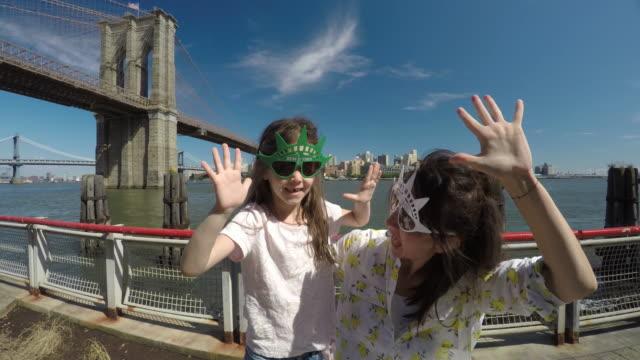 NYC-Travelers. Happy tourist Taking Selfie in New York City. video