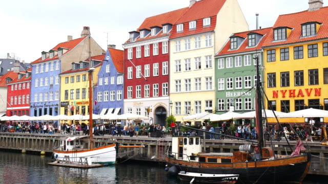 nyhavn, köpenhamn, danmark - berömda turist plats i skandinavien - dansk kultur bildbanksvideor och videomaterial från bakom kulisserna