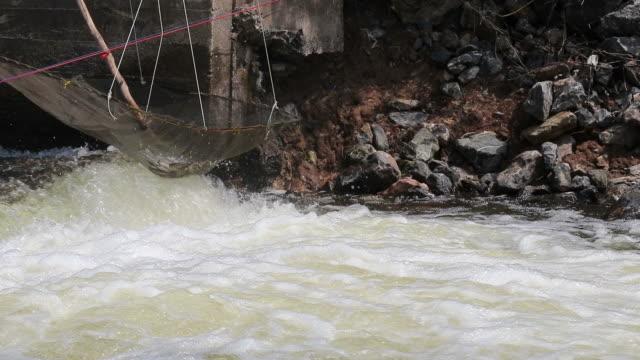 nylon netz krawatte fisch fangen über das fließende wasser. - netzgewebe stock-videos und b-roll-filmmaterial