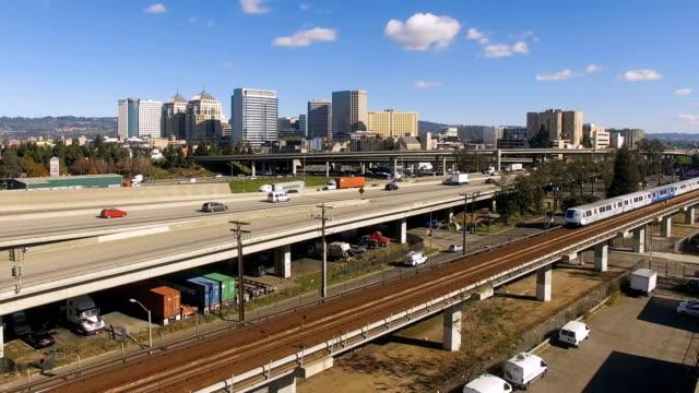 vídeos y material grabado en eventos de stock de oakland california centro ciudad horizonte carretera tren transporte masivo - oakland