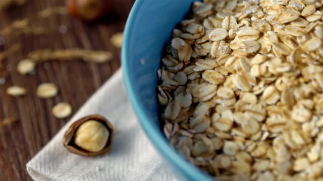 vídeos de stock e filmes b-roll de oat flakes, slow motion - oats