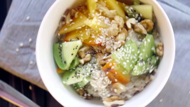 vídeos y material grabado en eventos de stock de gachas de avena. alimentos saludables - comida casera