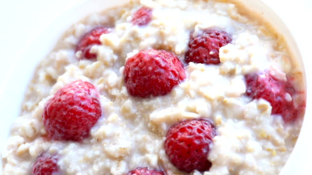 oatmeal porridge with strawberries video