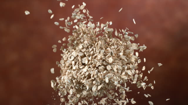 vídeos de stock e filmes b-roll de oats flying in slow motion - oats