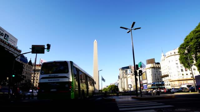 dikilitaş ve 9 de julio, buenos aires, arjantin caddesi - obelisk stok videoları ve detay görüntü çekimi