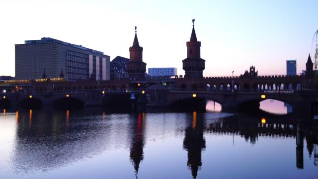 vídeos de stock e filmes b-roll de oberbaum bridge in berlin, during dramatic twilight - berlin wall