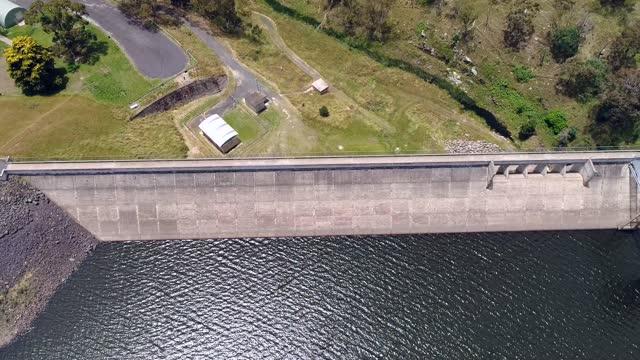 bm 오베론 댐 탑 다운 - larry king 스톡 비디오 및 b-롤 화면