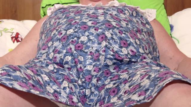 obesi donna soffre shortness di fiato sdraiato su un letto - bassino video stock e b–roll
