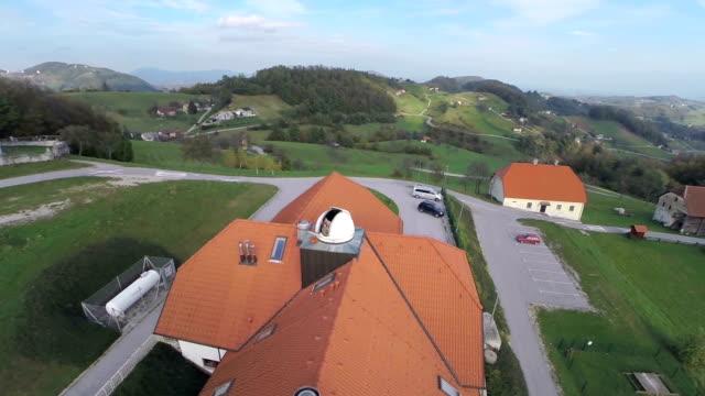 vidéos et rushes de observatoire debout à côté de l'église - réfracteur