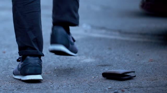時折通行人、貪欲、けちによって失われた財布を拾う ビデオ